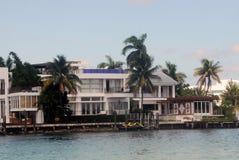 Luxuxufergegendhaus Stockbilder