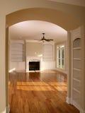 Luxuxwohnzimmer mit gewölbtem Eingang Stockfoto