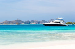 Luxuxyacht durch den Strand Stockfoto