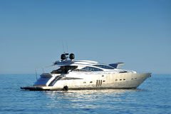 Luxuxyacht in hoher See Stockfotos