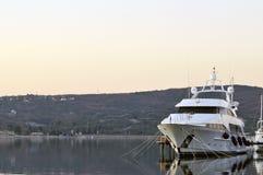 Luxuxyacht im Jachthafen Lizenzfreies Stockbild