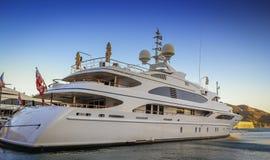 Luxuxyacht im Kanal Stockfoto