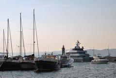 Luxuxyacht im Kanal des Heiligen-tropez Stockfotografie