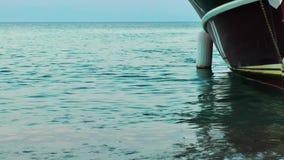 Luxuxyacht im Meer stock footage