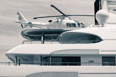 Luxuxyacht mit Hubschrauber auf dem Dach Lizenzfreie Stockfotos