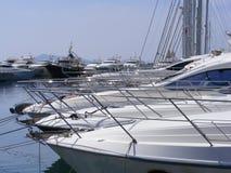 Luxuxyachten im Jachthafen Stockbilder
