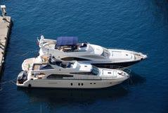 Luxuxyachten am Jachthafen lizenzfreies stockbild