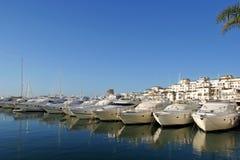 Luxuxyachten am Sonnenaufgang in Puerto Banus, Spanien Stockfotos