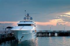 Luxuxyatch an den Docks am Sonnenuntergang stockbild