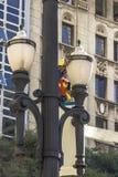 Luz财团雇员为老杆维护并且交换灯 库存照片