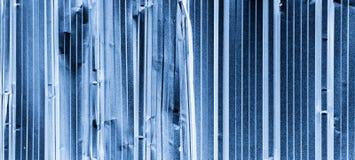 A luz abstrata azul refletiu no tex de alumínio do fundo da placa de aço fotografia de stock royalty free