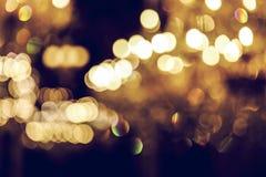Luz abstrata borrada da lâmpada luxuosa na noite para o fundo do partido ou da celebração Foto de Stock