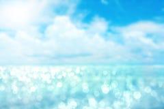 Luz abstrata do borrão no fundo do mar e do oceano para o verão imagens de stock royalty free