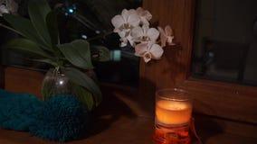 Luz acogedora de la vela que brilla intensamente en la oscuridad por la ventana metrajes