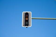 Luz alaranjada do semáforo sobre Fotos de Stock