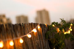 Luz amarela pequena do partido da decoração em um terraço Imagens de Stock Royalty Free