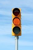 Luz amarilla de la señal de tráfico fotografía de archivo libre de regalías
