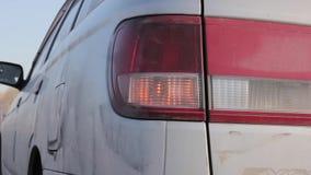 Luz anaranjada el intermitente que destella en la lámpara posterior coche en líneas laterales almacen de metraje de vídeo