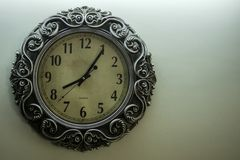 Luz antiga de Wall Clock With do desenhista - hora amarela do 08:05 do tempo da exibição da terra da parte traseira e spac livre  foto de stock