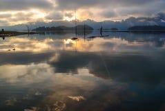 Luz ardente do nascer do sol na represa de Ratchaprapa com o s nebuloso Fotografia de Stock Royalty Free