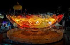 A luz arrasta de um passeio do funfair na noite imagem de stock