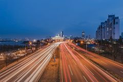 A luz arrasta dos veículos na estrada na noite seoul, Coreia fotografia de stock royalty free