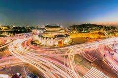 A luz arrasta dos veículos na estrada na noite seoul, Coreia imagens de stock