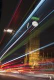 A luz arrasta a parte dianteira de Big Ben e as casas do parlamento em nigh Fotografia de Stock Royalty Free