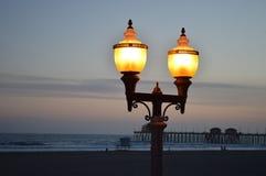 Luz artificial por el embarcadero Fotos de archivo libres de regalías