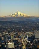 Mt. Capa com Portland Oregon imagem de stock royalty free