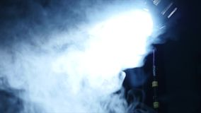 Luz azul abstracta del punto con humo almacen de metraje de vídeo