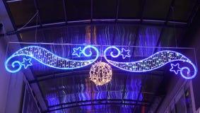 38/5000 luz azul colgante, ornamento de la estrella fotografía de archivo