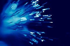 Luz azul do cabo de fibra ótica fotos de stock royalty free