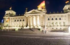 A luz Berlim da noite do parlamento de Reichstag Fotos de Stock Royalty Free