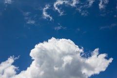 Luz bonita - céu azul com as nuvens brancas inchado Foto de Stock Royalty Free