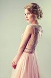 Luz bonita da menina - cabelo marrom com um penteado elegante Foto de Stock