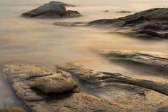 Luz bonita do por do sol nas rochas em Costa Brava Catalonia fotos de stock royalty free