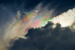 A luz brilha através das nuvens. Foto de Stock