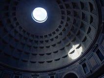 Luz brilhante através do telhado do panteão Fotos de Stock