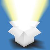 A luz brilhante brilha na caixa branca aberta Imagem de Stock
