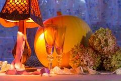 Luz caliente del calabaza, de cristal de las tazas, de la hortensia, del fonr y de la lámpara Romant Foto de archivo