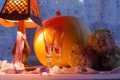 Luz caliente del calabaza, de cristal de las tazas, de la hortensia, del fonr y de la lámpara Romant Foto de archivo libre de regalías