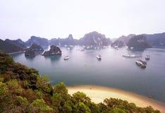 Luz caliente del sol en la bahía Vietnam de Halong en la salida del sol Fotografía de archivo