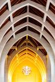 Luz caliente en el altar debajo de los arcos de piedra Foto de archivo