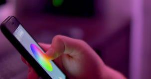 Luz cambiante del color en hogar Automatización casera elegante Casa que maneja con el app del smartphone metrajes