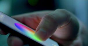 Luz cambiante del color en hogar Automatización casera elegante Casa que maneja con el app del smartphone almacen de metraje de vídeo