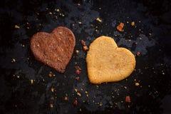 A luz caseiro e o coração escuro deram forma a cookies do gengibre Fotografia de Stock