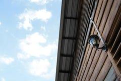 Luz clásica de la pared en la casa de madera Foto de archivo libre de regalías