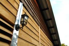 Luz clásica de la pared en la casa de madera Fotos de archivo