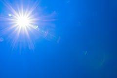 Luz clara del sol del cielo azul con la llamarada real de la lente Foto de archivo libre de regalías
